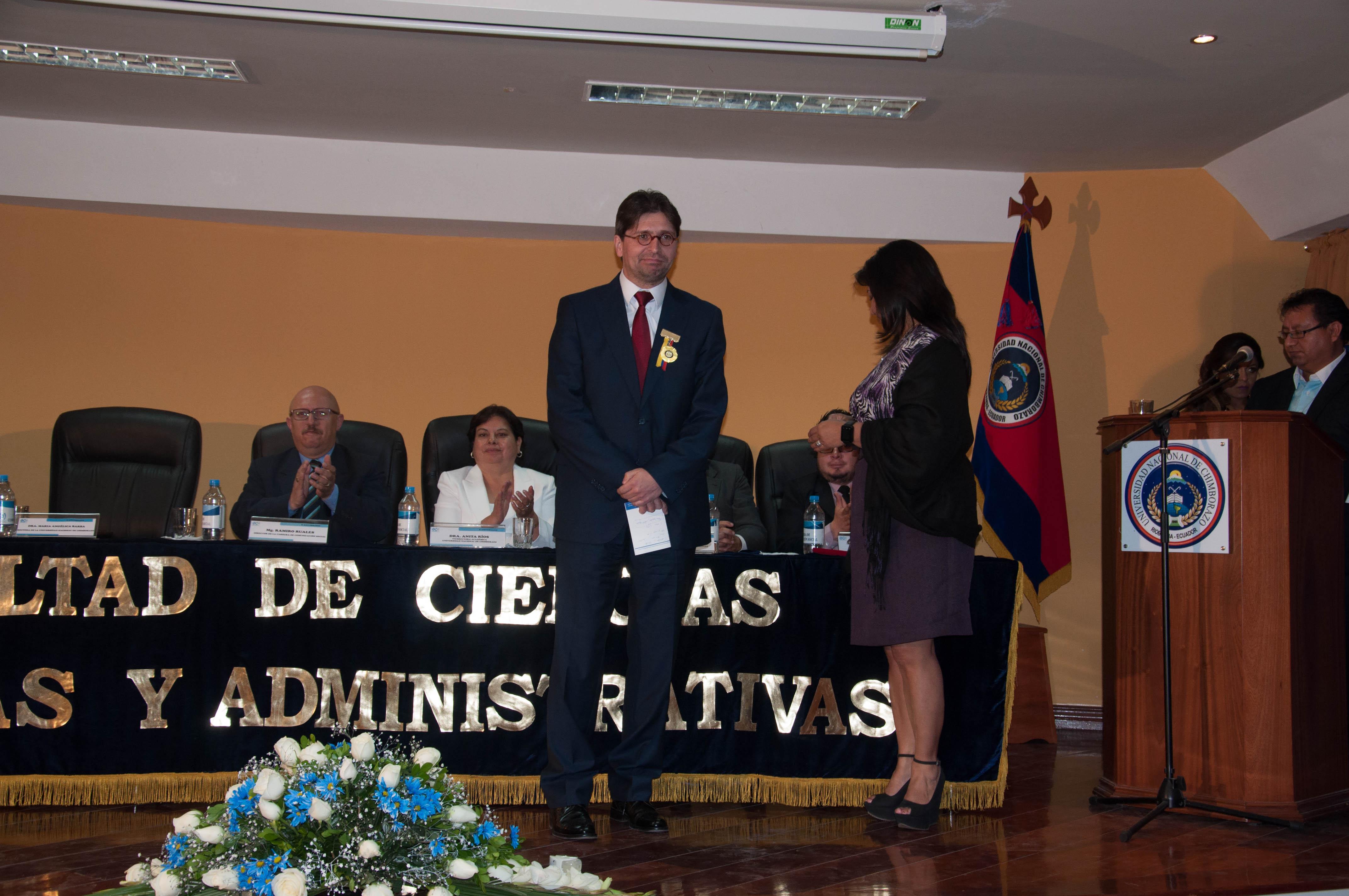 """La UNACH entrega el galardón """"Periodista del Futuro"""" al Director General de CIESPAL"""