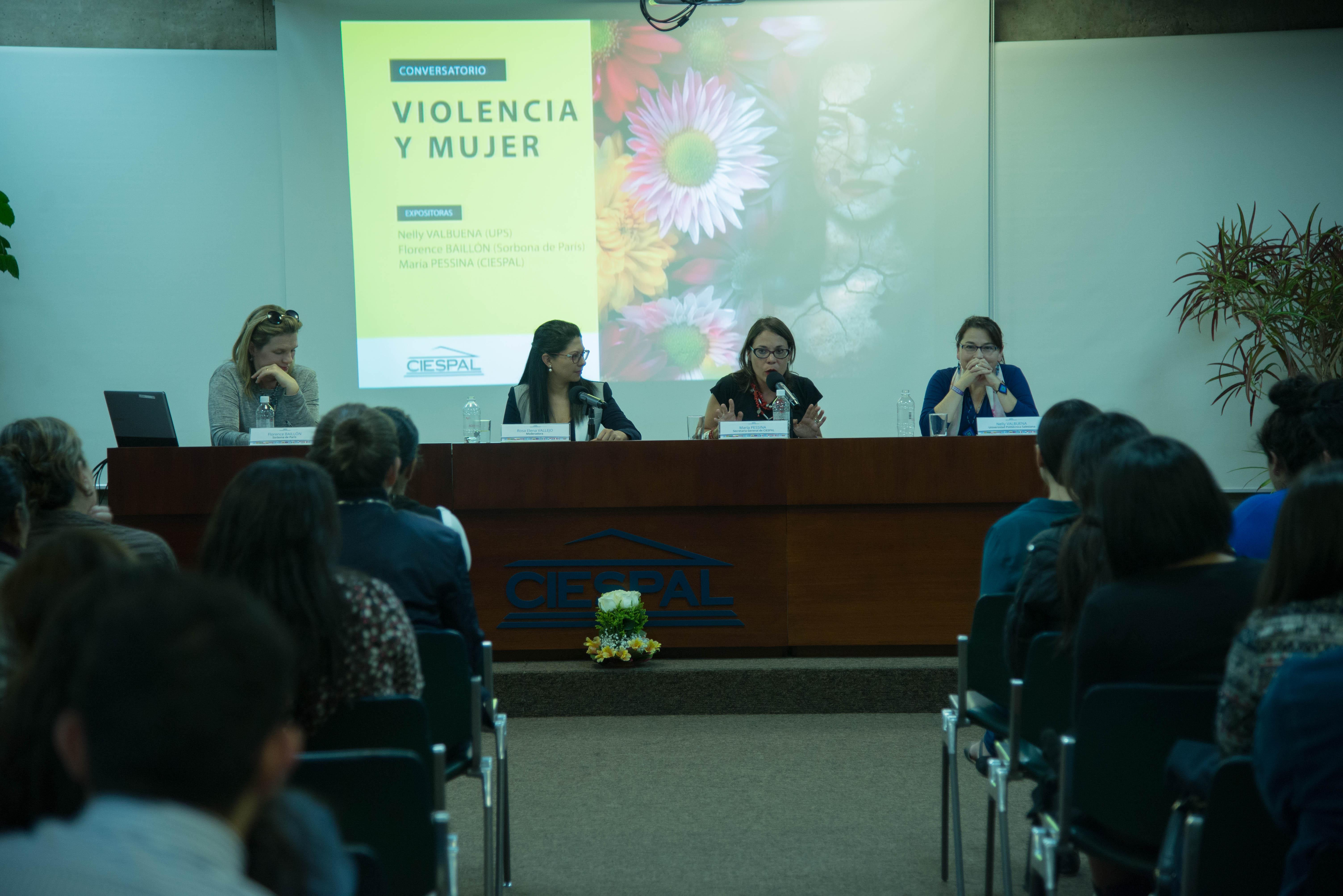 Conversatorio sobre la mujer y la violencia convoca a decenas de personas