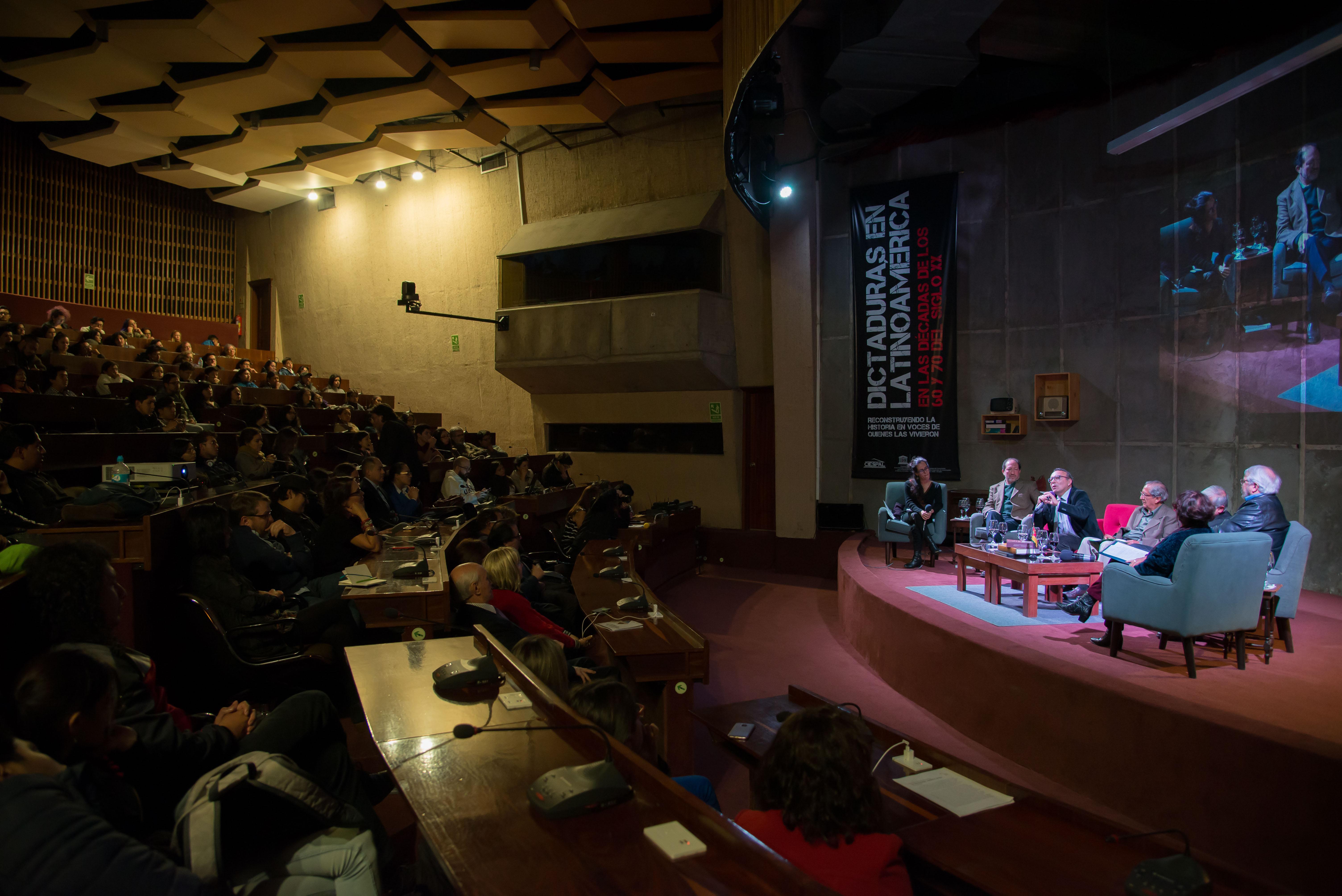 Relatos y análisis de las dictaduras en Latinoamérica en las décadas de los 60 y 70 abarrotaron auditorio de CIESPAL