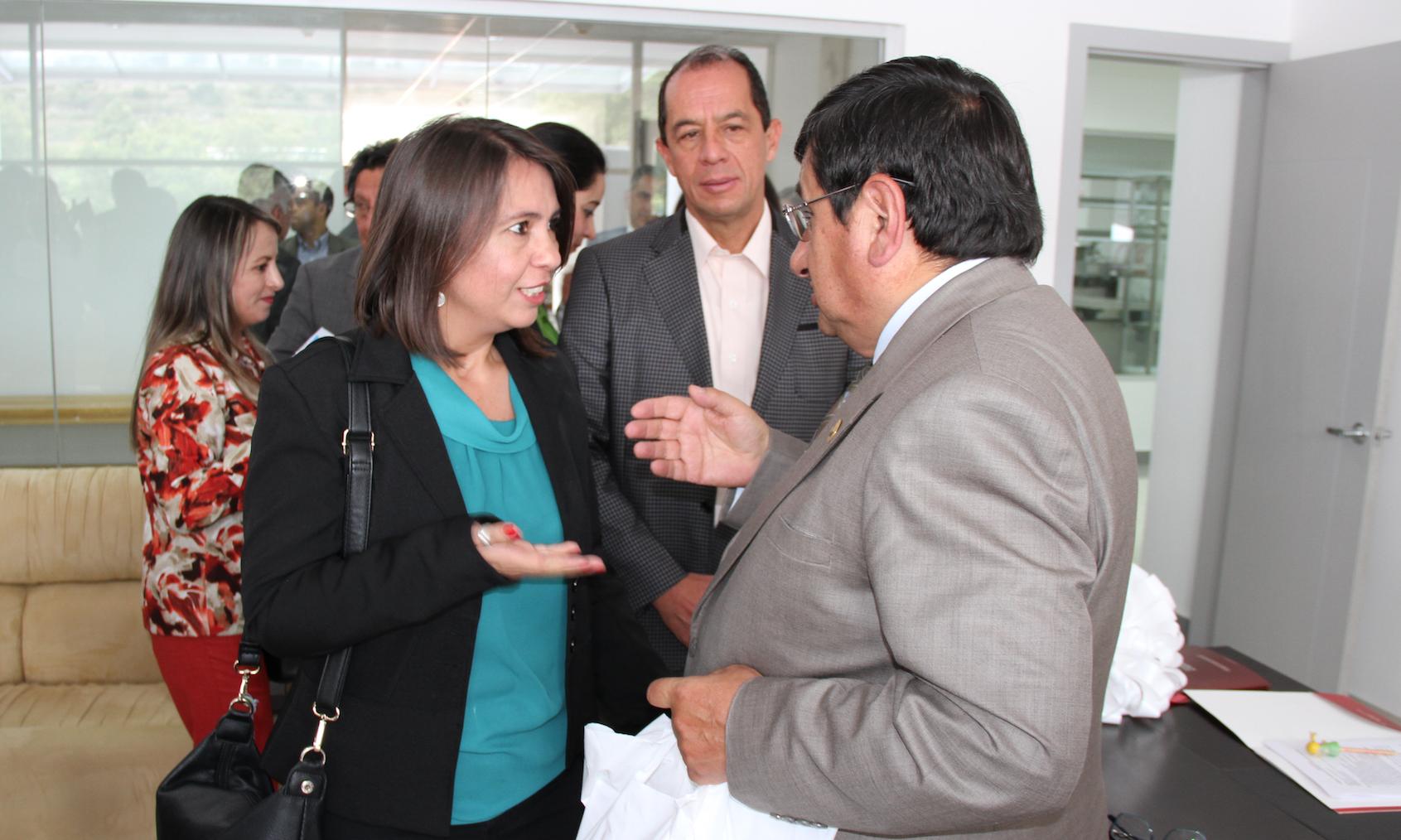 Directora General de CIESPAL entregó donación de libros especializados en comunicación a la UTA